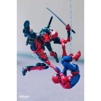 figurines de spiderman et deadpool - combat
