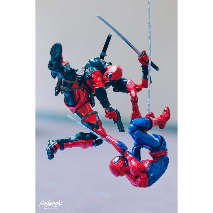 figurines de spiderman et deadpool - combat