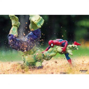 combat de figurines de hulk et spiderman
