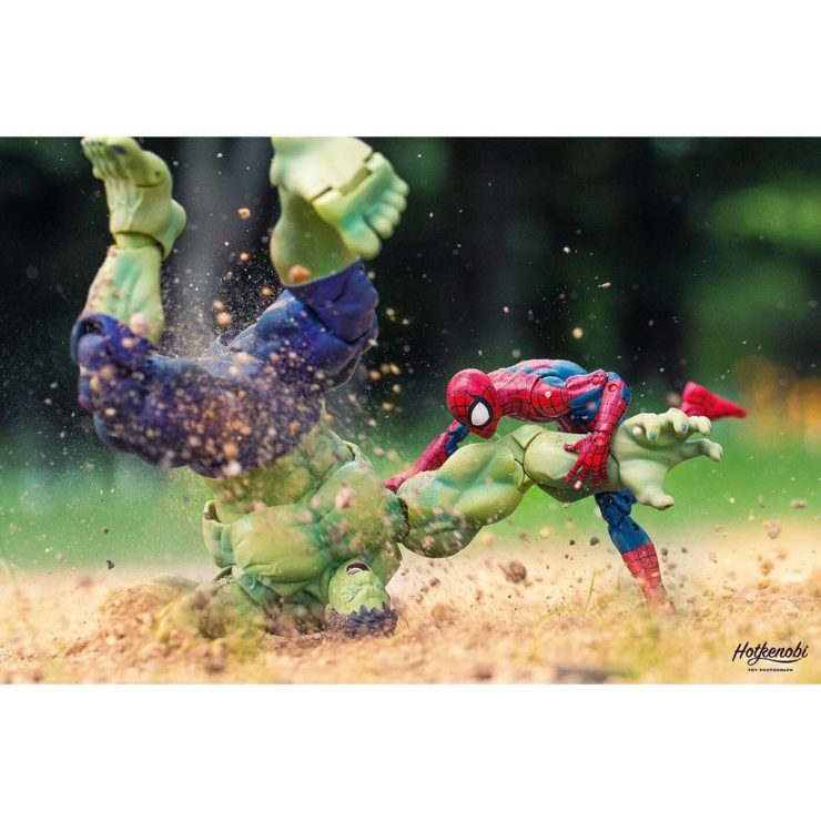 combat de figurines de hulk et spiderman