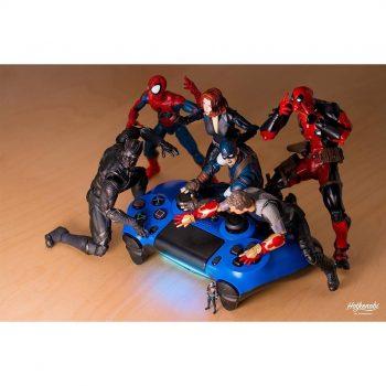 figurines de super heros avec la manette playstation